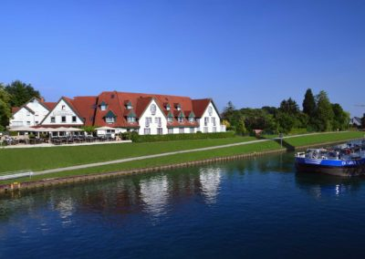 Hotel - Ansicht vom Kanal
